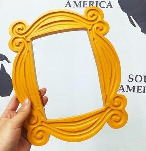 Image 1 - טלוויזיה סדרת חברים בעבודת יד מוניקה דלת מסגרת עץ צהוב Mon דלת עינית תמונה מסגרות אסיפה בית דקור אוסף מתנה