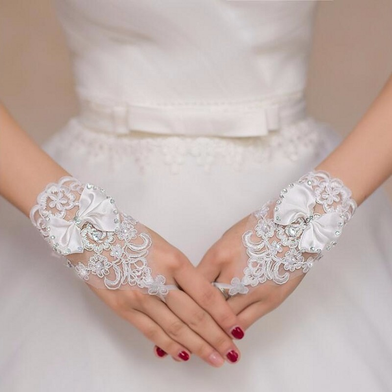 2019 Women White Ivory Short Wedding Gloves Crystals Beaded Bow Knot Wrist Length Fingerless Lace Bridal Gloves