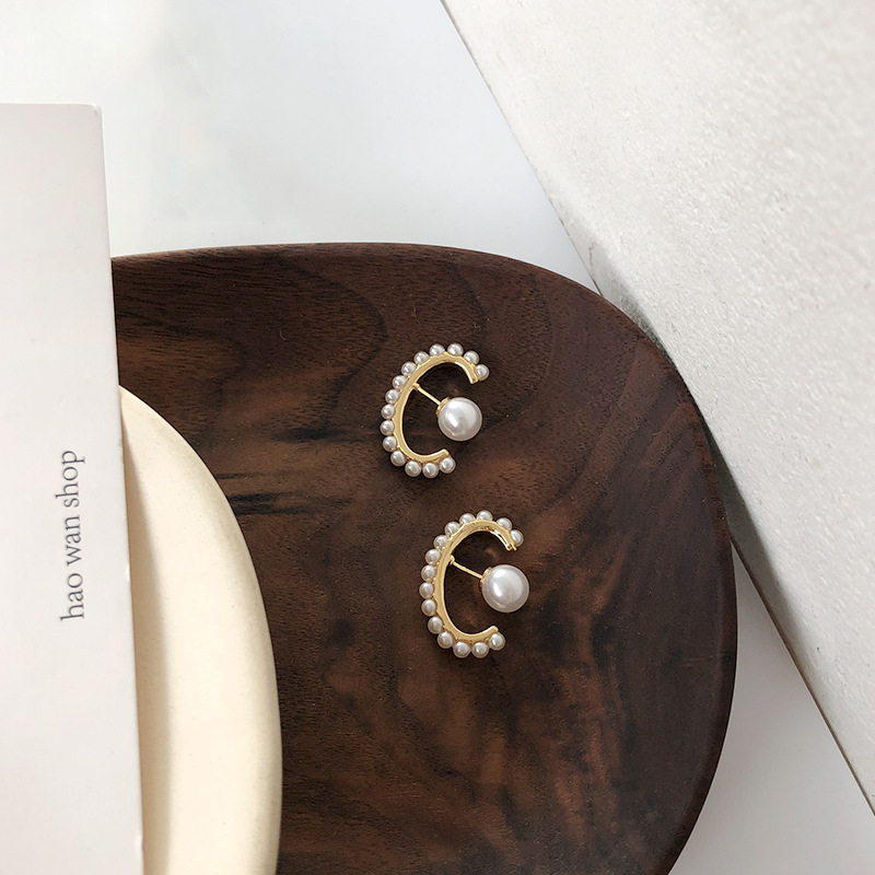 New Fashion Creative Pearl Earrings Personalized Fashion Jewelry Design For Women stud Earrings for Wedding Party in Stud Earrings from Jewelry Accessories