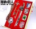 Hot ataque Anime em titã 4 emblemas e 1 espada e 2 chaves Set pingente chaveiro Toy presente Cosplay Prop