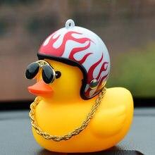 Adorável patinho no ornamento do carro com capacete corrente acessórios interiores do carro decorações do painel automóvel pato brinquedos