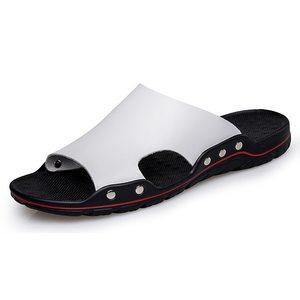 Image 1 - 남성 슬립 온 가죽 슬리퍼 슬라이드 캐주얼 샌들 플러스 사이즈 38 48 솔리드 컬러 간결한 디자인 남성 여름 해변 신발
