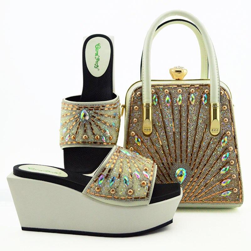 Новое поступление; сезон лето; комплект из туфель и сумочки белого цвета в нигерийском стиле; итальянский комплект из туфель и сумочки