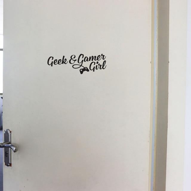YOJA 25*8.6CM GEEK & GANER fille mur décalcomanie salon chambre autocollants porte décoration D1-0136