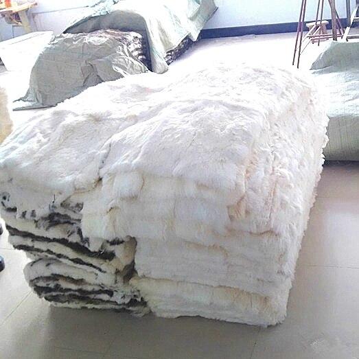 Couverture de tapis de peau de peau de fourrure de lapin de couleur blanche véritable adaptée aux besoins du client pour le textile à la maison
