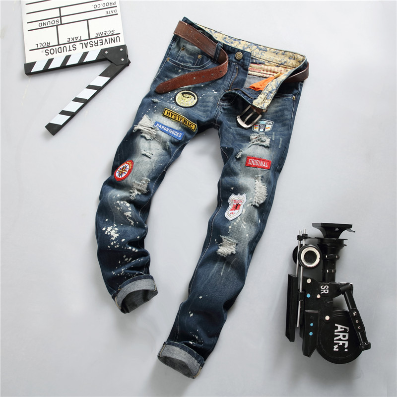 NEW Personality Badge Patch Men Ripped Jeans Fashion Scratched Biker Jeans Hole Denim Straight Slim Fit Trousers Rap Moto Pant personality patchwork jeans men ripped jeans fashion brand scratched biker jeans hole denim straight slim fit casual pants mb541