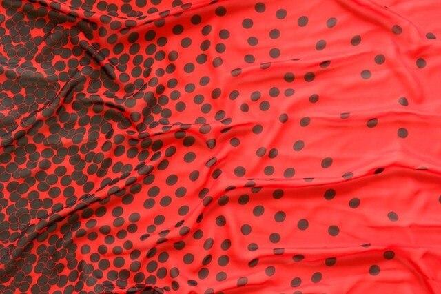 75d Tessuto Chiffon Nero Dots Sfondo Rosso Posizionamento Stampato