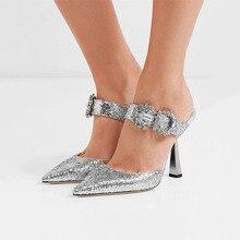 Taklidi sandalet kadın toka kayış yüksek topuklu yeni sivri burun bayanlar ayakkabı Zapatos De Mujer Metal dekor yaz ayakkabı kadın