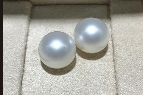 charming pair of 12-13mm south sea round white pearl stud earring 18k