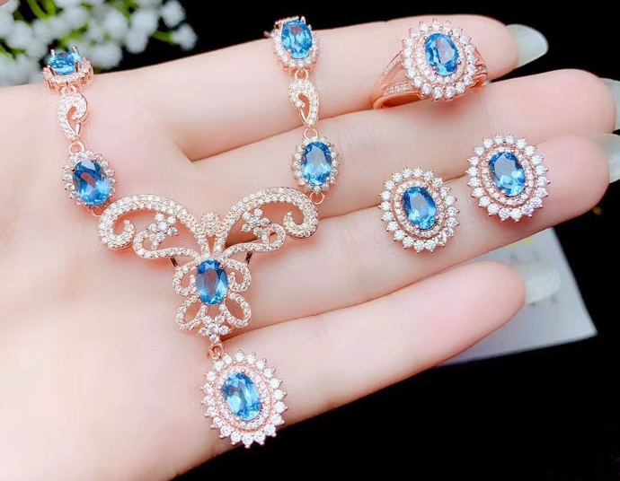 Ensemble de bijoux avec pierres précieuses topaze bleue classique à prix compétitif, y compris boucles d'oreilles et collier en argent