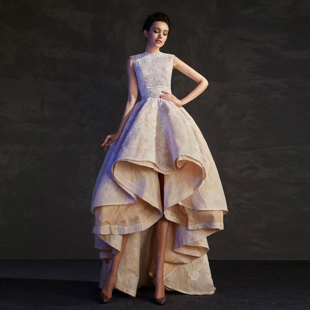 be4bc0ac6 Vestido De Fiesta 2017 Nuevo Diseño Champagne Alto Bajo Prom vestidos con  gradas del cordón falda