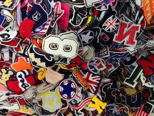 10ピース手紙デジタルカレッジスタイルバッジ刺繍パッチに縫うモチーフアップリケ衣服刺繍漫画パッチdiyアクセサリー