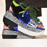 Летние из натуральной кожи смешанных Цвет повседневная женская обувь Босоножки на платформе Украшенные блестками толстые днища на шнуровк