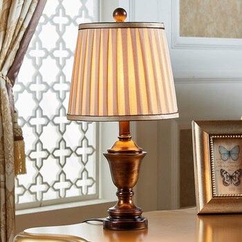 Camera da letto lampada da tavolo moderno e minimalista Nordic personalità creativa complesso classica camera da letto caldo romantico piccola lampada da tavolo