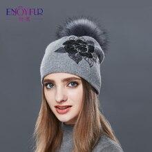 Enjoyfur sombreros de invierno para las mujeres Raccoon piel POM sombrero  flor bordado doble capa gorro 650ae7ec37f