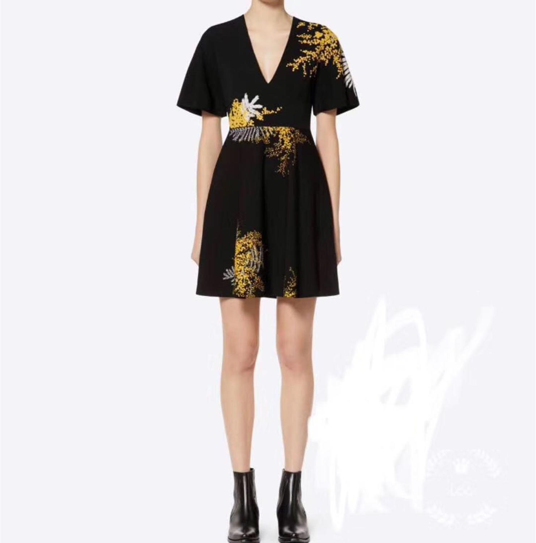 2019 nouvelles femmes à manches courtes noir Mini robe fleur broderie col en V tricoté mince robe de soirée-in Robes from Mode Femme et Accessoires    1