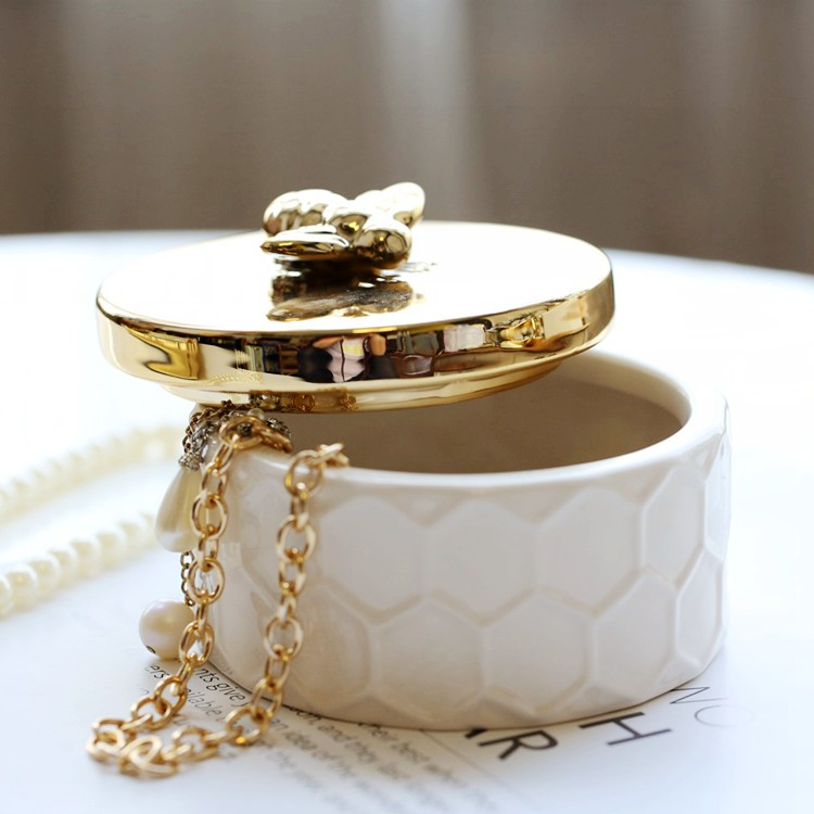 The ceramic jewelry collection box is set with a lid, golden bee lid white jar
