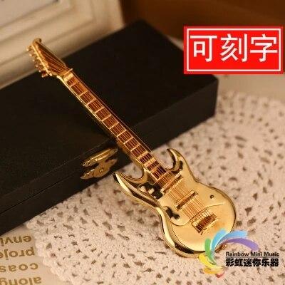 Le modèle de la guitare électrique cuivrée est envoyé à l'anniversaire du professeur