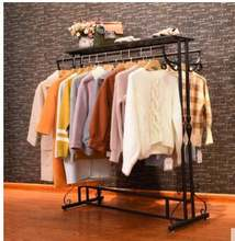 В магазине одежды показана железная стойка для из текстиля с