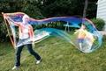 Día de los niños a jugar al aire libre grande Park Plaza blowing bubbles varita de la burbuja burbuja de juguete espada de Esgrima