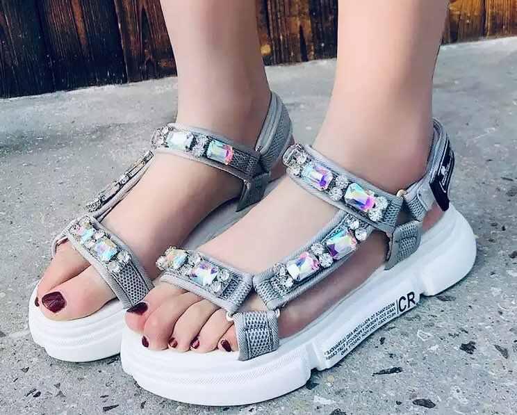 فوجين العلامة التجارية 2019 الربيع الصيف والخريف المنحدرات و مفتوحة اصبع القدم أحذية منصة بكلمة على الجانب الصنادل مع الراين