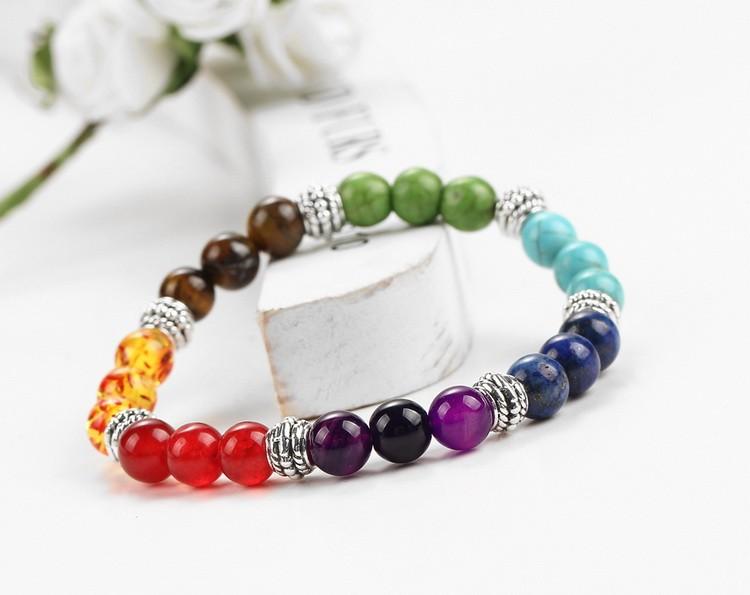 Bracelet 7 chakras, pierres semi-précieuses, mise en scène 1