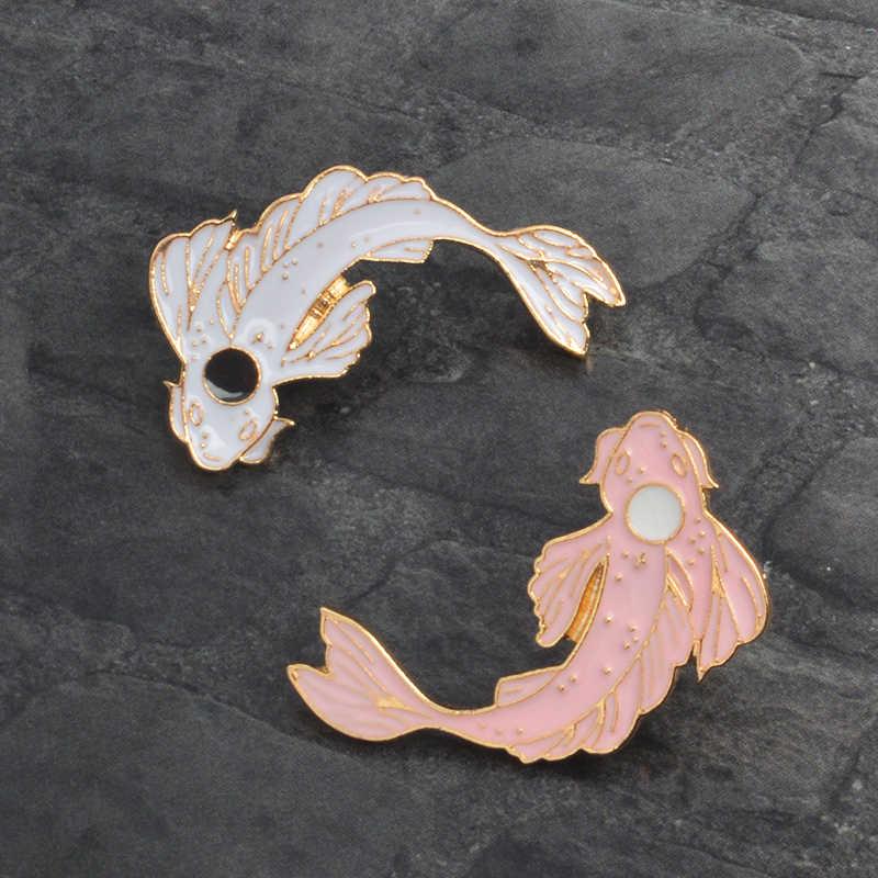 Hitam dan Putih Koi Pin Koi Jepang Membawa Keberuntungan Ikan Enamel Kerah Pin Lencana Hewan Pin Bros Wanita Perhiasan hadiah Pesta