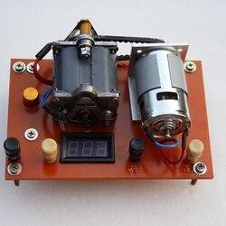 Il vecchio tenuto in mano magneto telefono è adattato alla mano elettrico alternatore per trovare la felice bastone giallo pesce.