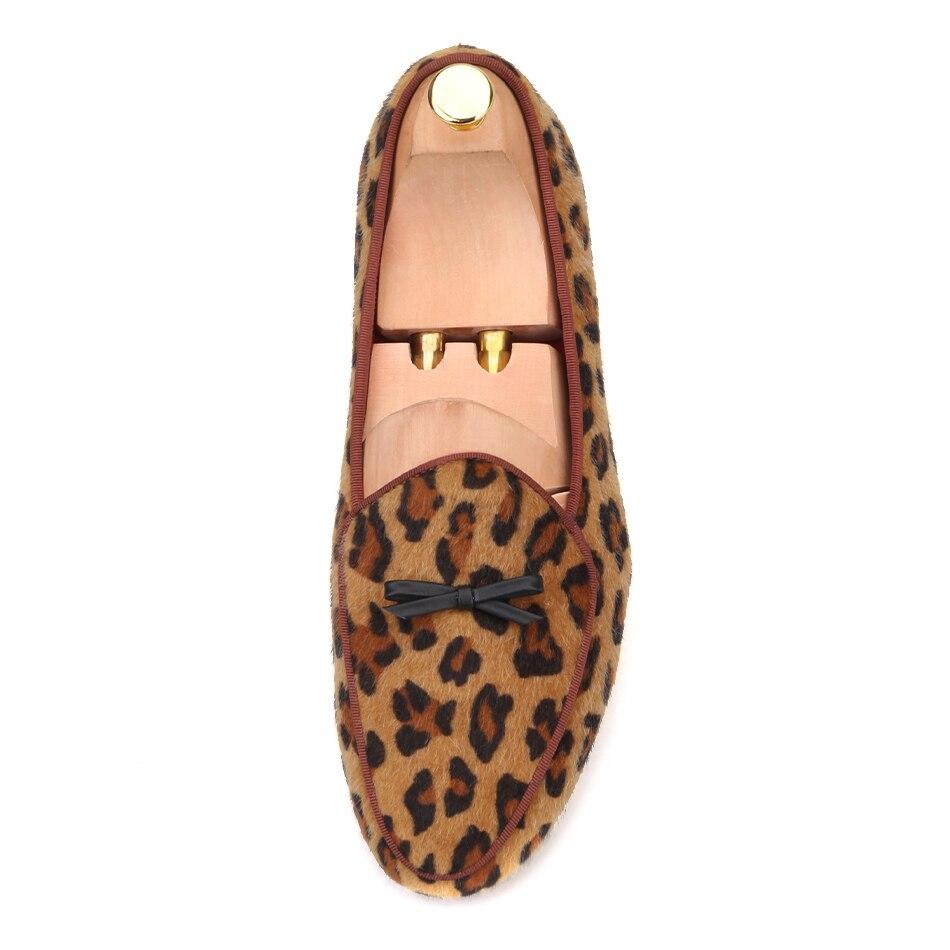 Piergitar nieuwe collectie Handgemaakte mannen luipaard fluwelen schoenen met kleine stropdas en ronde tong Fashion prom en Banket mannen loafers-in Formele Schoenen van Schoenen op  Groep 3