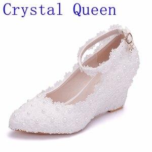 Image 1 - Crystal Queen zapatos de boda de flores blancas, zapatos de tacón alto con perlas de encaje, zapatos y vestido de novia adorables, cuñas con abalorios, 8cm, para mujer