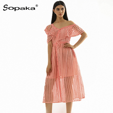 цены 2019 Summer Hollow Out Pink Lace Dress Ruffled One-Shoulder Empire A Link High Quality Casual Design Midi Women Dresses