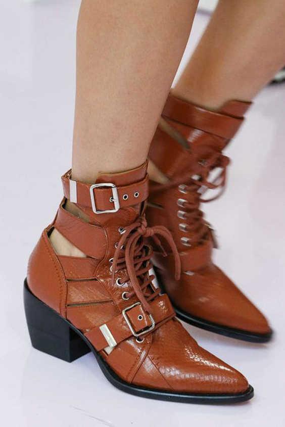 Новинка 2019 года; модные кожаные ботинки в европейском и американском стиле с вырезами и кружевом; пикантный ремень для подиума; сапоги с пряжкой