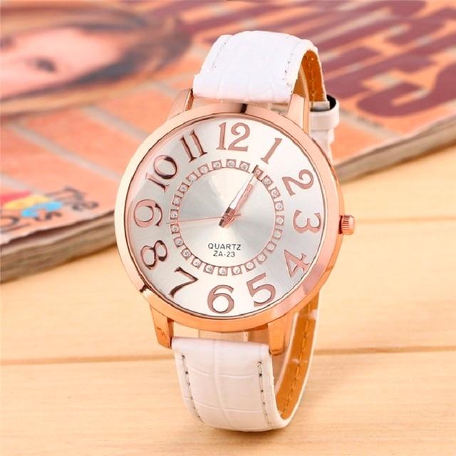 c97eedaa1171 Reloj de pulsera de cuarzo con números dorados y esfera de cara grande para  mujer