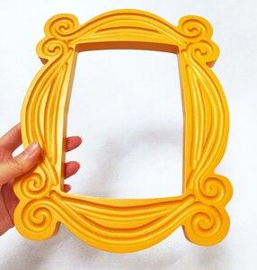 Image 2 - טלוויזיה סדרת חברים בעבודת יד מוניקה דלת מסגרת עץ צהוב Mon דלת עינית תמונה מסגרות אסיפה בית דקור אוסף מתנה