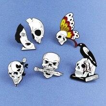 Broche de esqueleto de calavera blanco y negro mariposa Rosa cuchillo libro de cuervos calavera amor y la muerte insignias de la solapa del cráneo joyería de calaveras