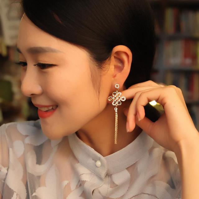 DuoTang New Hot Sale Strass Brincos Nó Chinês Moda Elegante Banhado A Ouro de Metal Borla Brinco Mulheres Presente Da Jóia