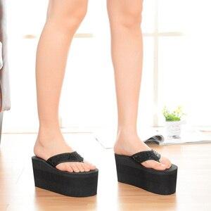 Image 2 - Шлепанцы SH041101 женские для пляжа, сверхвысокие сандалии на танкетке, без застежки, модные тапочки с блестками, на лето