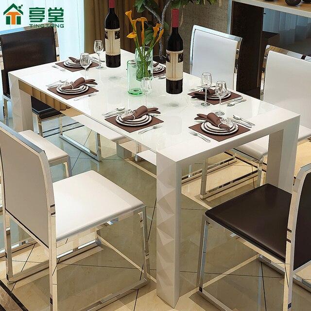 Moderno peque o apartamento minimalista pintura blanca for Mesas y sillas para comedor pequeno