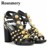 Rousmery Горячая Гладиатор полосы обувь Для женщин двойной ремень Slingback коренастый пятки золотой металлик заклепками повседневные платья Санд