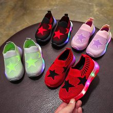 Los niños de los muchachos de las muchachas del bebé de malla de estrella luminosa Led deporte correr zapatillas de deporte Zapatos casuales zapatos de kinderschuhe chaussures enfant kinderschoenen(China)