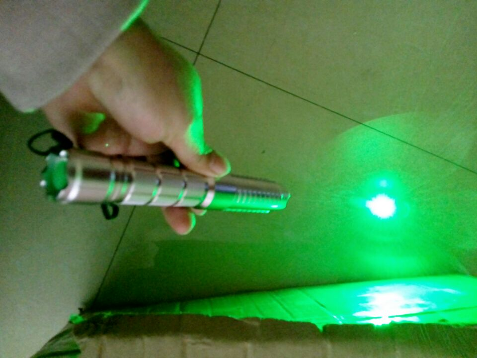 The Latest 30000mw 30W Green Laser Pointer Focusable Green Laser Torch Burn Matches 532nm / Lit Cigarette / Lighting a Match Hot