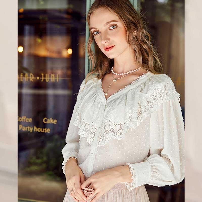 Liquidation ARTKA automne femmes v-cou all-match mince Soluble dans l'eau creux broderie couture chemise blanche femme SA11180Q