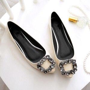 Image 2 - BEYARNEผู้หญิงPUสิทธิบัตรหนังรองเท้าแฟชั่นpointed Toeคริสตัลเพชรผู้หญิงสบายๆรองเท้าส้นแบน