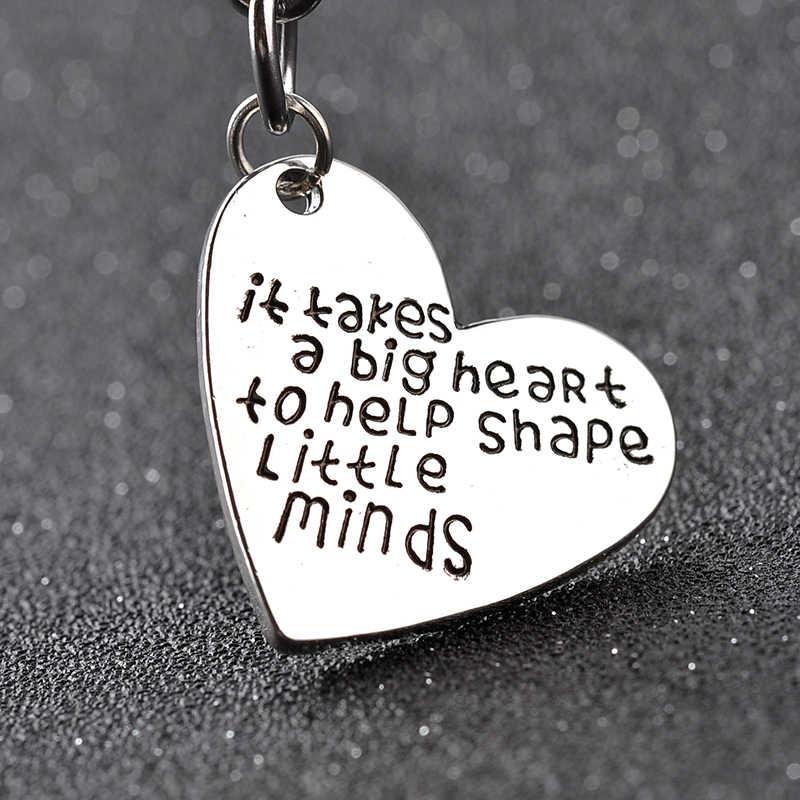 Ele tem um grande coração para ajudar a moldar mentes pequenas Trendy coração Chaveiros Chaveiros Gravado thanks giving day presente para pai mo