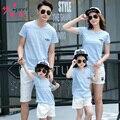 2016 verano nueva familia a juego clothing trajes madre hijo hija padre una camiseta azul + pantalones blancos de la mirada de la familia