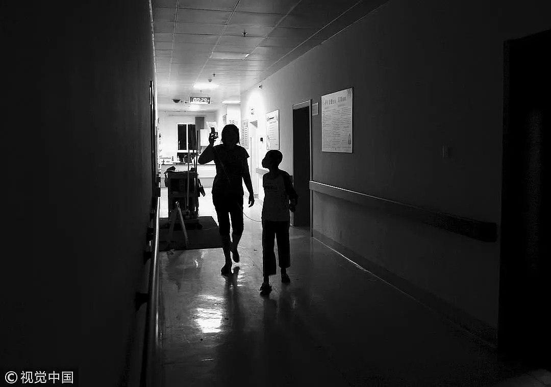 2011年8月,福州协和医院,一名家长提着白血病患儿的药瓶,在高昂的药费下他们不知道还能支撑多久/视觉中国