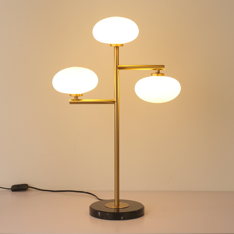 Candeeiros de mesa para sala de estar moderno e minimalista nórdico luz da tabela tripé de ferro bola redonda leitoso bola de vidro branco lâmpada de mesa leitura