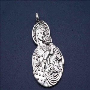 Medalha religiosa da cruz de jesus. Santa ana e cristo jovem, e virgem e batista são joão