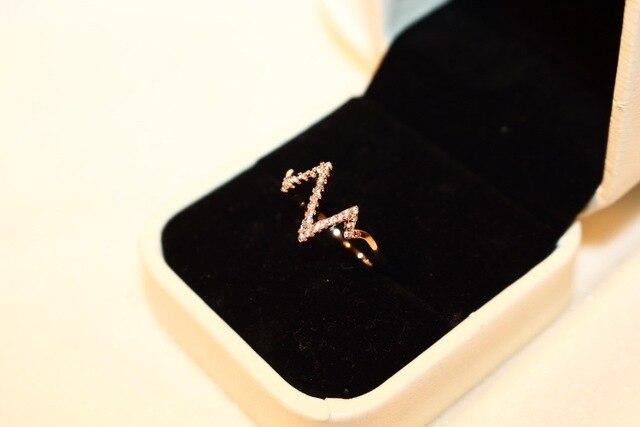 Фото женское кольцо с электрокардиограммой молнией золотистые кольца