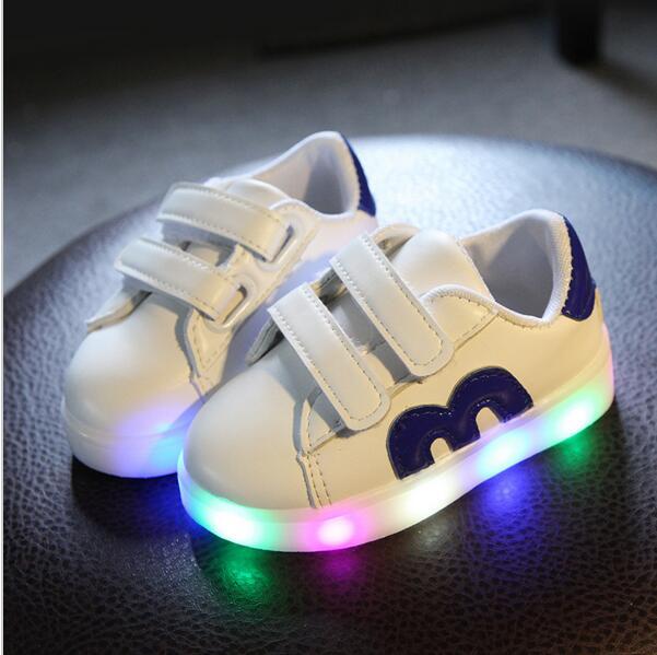 0d9b320a 2018 niños del resorte brillo LED Zapatos niños niñas zapatillas de deporte  de los deportes luz blanco zapatos inferiores suaves tamaño 21 30 en  Zapatillas ...